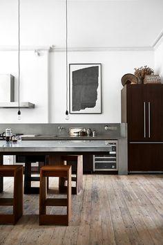 <p>Selv om zink og betong generelt anses for å være moderne materialer, smelter kjøkkenbordplatene her fint sammen med resten av rommet. Under restaureringen av kjøkkenet kom stukkaturen i taket frem, akkurat som de opprinnelige skoddene som alle var blitt spikret/sømmet fast. Den abstrakte monokrom på veggen er av den tyske kunstner Heinz -Dieter Pietsch. Barstoler og trekjøkken enheder er spesialfremstilt av McClaren Architects.<br /> </p>