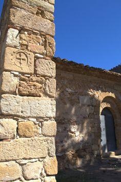 Portada prerrománica construida entre los siglos IX-X y detalle a modo de cruz solar. Sant Esteve de Canapost. Siglos IX - XII. Canapost. Girona