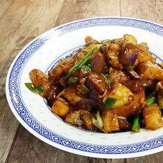 """Das folgende Gericht, das aus der würzigen Küche der Provinz Szechuan stammt, ist trotz seines Titels völlig vegetariertauglich und fischfrei - als """"fish-fragrant"""" wird eine bestimmte Würzungsart bezeichnet, die auf vielerlei Gerichte angewandt werden kann; die Kombination mit Aubergine ist sozusagen klassisch.    Die kleinen lila Bits auf dem Bild sind kein Farbfehler, sondern die Sch ..."""