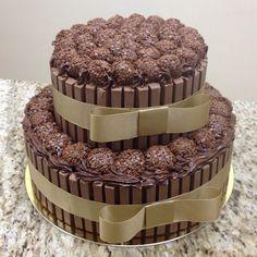"""""""Um bolo enoooorme e delicioso para um aniversário especial #tortakitkat #kitkat #bolo #brigadeiro #brigadeirogourmet #festa #festadeaniversário…"""""""