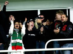Eva Mendes celebrates a try with Russell Crowe, Sydney Football Stadium.