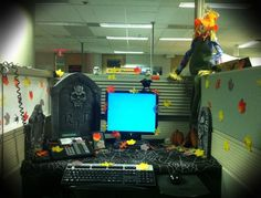 My decorated Work Cubicle (pod) from last year's Halloween :) Diy Halloween Office Decorations, Halloween Cubicle, Easy Halloween, Cubicle Decorations, Halloween Stuff, Holiday Decorations, Halloween Crafts, Halloween Halloween, Halloween Costumes