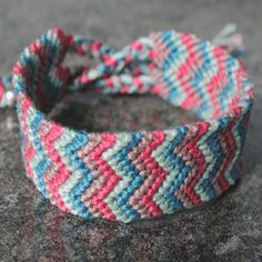 DIY tutorial - how to make a double chevron friendship bracelet. Great gift for the Holidays! These make me feel like a kid again. Chevron Armband, Chevron Bracelet, Friendship Bracelet Patterns, Friendship Bracelets, Bracelet Making, Jewelry Making, Jewelry Crafts, Handmade Jewelry, Bijoux Diy
