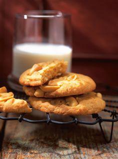 Recette de biscuits aux arachides de Ricardo. Recette simple de dessert ou de collation à base de noix. Dans un bol, battre le beurre, le sucre, la cassonade et le beurre d'arachide au batteur électrique.