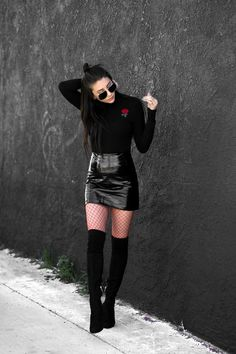 Black PVC mini skirt, long sleeved sweater, fishnet tights and overknee - Overknees und Minirock - Jupe Sexy Winter Outfits, Winter Skirt Outfit, Skirt Outfits, Spring Outfits, Casual Winter, Outfit Summer, Black Outfits, Cute Casual Outfits, Casual Summer