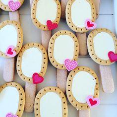 Spiegeltje spiegeltje aan de wand... Een echte traktatie voor meiden! - Liga's van AH eigen merk (ivm vorm) - lange vingers - gesmolten chocola - decoratie hartjes van Hema Food Festival, Sweets, Sugar, Snacks, Drinks, Random, Creative, Party, Desserts