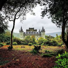 Don't you think Inverarary Castle looks like something out of a fairytale? This stunning castle has been the seat of the Dukes of Argyll, chiefs of Clan Campbell, since the 18th century. Thanks to @Scotland_lucy for the . #LoveGREATBritain #Scotland #inveraraycastle