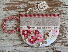 PatchworkPottery: Teacup pouch I love this .wish there was a pattern Craft Patterns, Quilt Patterns, Sewing Patterns, Fabric Crafts, Sewing Crafts, Sewing Projects, Mini Quilts, Mug Rugs, Hot Pads
