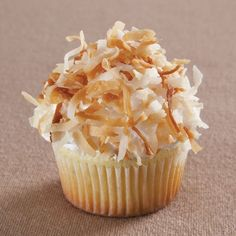 Dol op kokos en cupcakes? Maak dan deze heerlijke limoen cupcakes met kokos topping. De basis van de cupcakes maak je met de cupcake mix van FunCakes. Hier voeg je een beetje limoen aan toe en klaar is je cupcake.