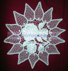 Fehérrel hímzett kalocsai mintás riseliős hegyesleveles kis terítő  23cmx23cm (444)