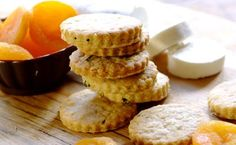 Impress guests with these scrumptious Cheese Biscuits with Black Pepper and Chives. They are easy to make and are endlessly tasty. New Recipes, Cooking Recipes, Cheese Biscuits, Yummy Food, Tasty, Savory Snacks, Quick Bread, High Tea, Food To Make