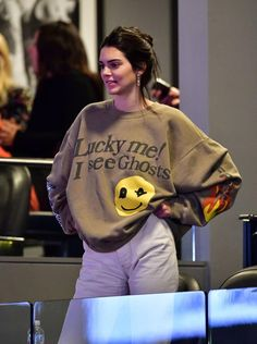 Kendall Jenner attended the Philadelphia vs Brooklyn Nets game while wearing a Kanye West and Kid Cudi sweatshirt. Kardashian Kollection, Khloe Kardashian, Robert Kardashian, Kendall Jenner Outfits, Kendall Jenner Estilo, Kendalll Jenner, Jenner Style, Maquillage Kendall Jenner, Hip Hop