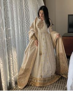 ✓ Buy the latest designer Anarkali suits at Punjabi Designers, with a variety of long Anarkali suits, party wear dresses! Nikkah Dress, Shadi Dresses, Pakistani Formal Dresses, Indian Gowns Dresses, Pakistani Dress Design, Anarkali Dress, Pakistani Gowns, Long Anarkali, Anarkali Suits