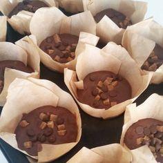 ENDELIG! Endelig fandt jeg den (i mine øjne) perfekte chokolademuffins! De er sprøde udenpå, og svampet indeni. Den indeholder både mørk, lys og hvid chokolade.. Og karamel! Mums! De er helt fantastiske. Jeg elsker en god muffin, og har ledt længe efter en opskrift jeg …