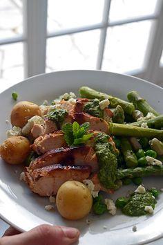 Blancs de poulet dorés aux asperges, petits pois et fèves Salsa, Green Beans, Grilling, British, English, Chicken, Vegetables, Food, Big Ben London