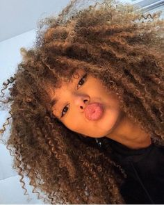 The right actions to style your curly hair To have curly hair naturally there are some golden rules. Wash your hair gently so as not to dry the scalp, and detangle after applying a conditioner. Over 60 Hairstyles, Afro Hairstyles, Black Hairstyles, Curly Hair Styles, Natural Hair Styles, Natural Curls, Dude Perfect, Pelo Afro, Hair Images