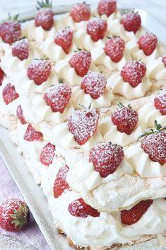 Lindas himmelska jordgubbstårta – Lindas Bakskola Raspberry, Strawberry, Piece Of Cakes, First Birthdays, Tart, Cereal, Cake Decorating, Food And Drink, Sweets