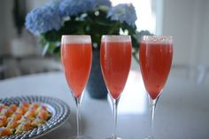 Drömgoda drinktilltugg och Hallonbellini | MATPLATSEN Alcoholic Drinks, Food And Drink, Snacks, Wine, Tableware, Glass, Kitchen, Liquor Drinks, Cucina