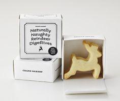 Packaging natalizi per i digestivi Naturally Naughty Reindeer. Una scatola a valigetta caratterizzata dall'utilizzo esclusivo del bianco e nero, font retrò, simboli natalizi e cornici lineari.