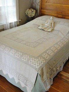 Antique LACE and Linen Crocheted Bedspread ~ Poster Bed Crochet Decoration, Crochet Home Decor, Lace Bedding, Bedding Sets, Filet Crochet, Crochet Motif, Irish Crochet Tutorial, Crochet Bedspread, Linens And Lace