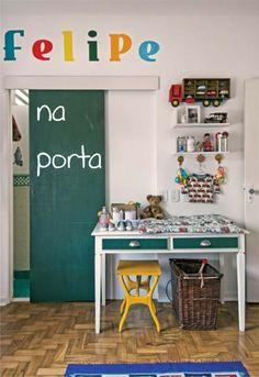 Riscar faz bem! Pinte um painel, parede ou porta com tinta e transforme em uma lousa criativa!