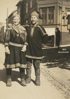 Foto av samisk kvinne og mann.  Hammerfest. Sami couple with traditional clothing in Hammerfest Norway.