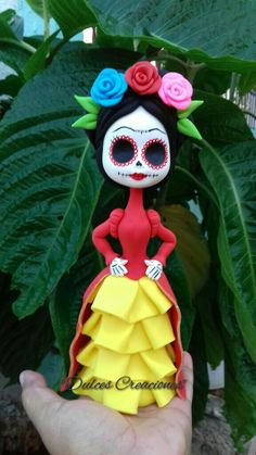 Catrina Frida Kahlo! Pasta flexible,Porcelana fria. Diy Fimo, Diy Clay, Clay Crafts, Diy And Crafts, Polymer Clay Figures, Polymer Clay Creations, Paper Mache Clay, Clay Art, Halloween Crafts