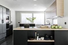 3 keittiötä, 3 hintaa – mikä näistä on sinun unelmakeittiösi? Design Moderne, Ikea Hack, Home Kitchens, Kitchen Dining, Bedroom Decor, Interior Design, Table, House, Furniture
