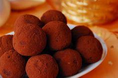 Υπέροχες μαλακές, γλυκές μπουκίτσες, τυλιγμένες σε κακάο. Τρουφάκια τιραμισού και όχι σαν-τιραμισού, φτιαγμένα με τα αυθεντικά υλικά του παραδοσιακού ιταλικού γλυκού! The Kitchen Food Network, Greek Recipes, Food Network Recipes, Truffles, Sweets, Cookies, Chocolate, Baking, Vegetables