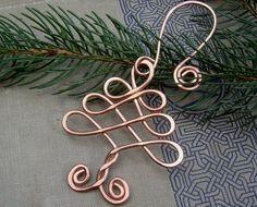 Wir gestaltet, verdreht, gehämmert und gewirbelt Lehre 12 Kupfer Draht dieser ursprüngliche Keltische Knoten erstellen inspiriert Baum Verzierung. Wenn Sie mehr als die Menge kaufen, die wir in verfügbar haben möchten das Angebot kontaktieren Sie uns und wir können wahrscheinlich mehr für Sie machen. Wir haben auch den Haken aus Kupfer. Art der sieht wie eine große Ohrring. Die Verzierung misst ca. 2 1/2-3 (6.4-7,6 cm) lang. Der Kupfer-Hook macht es eine Gesamtlänge von etwa 4 1/4-4…