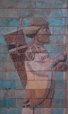 Lancer_Darius_palace_Louvre_  La Perse est le nom métonymique hérité des Grecs de l'Antiquité pour désigner le territoire gouverné par les rois Achéménides. L'apogée de la Perse antique est représenté par la dynastie Achéménides dont les conquérants Darius Ier et Xerxes Ier ont étendu son territoire jusqu'à devenir le plus grand territoire connu alors.  Lancier, détail de la frise des archers du palais de Darius à Suse. Briques silicieuses à glaçure, vers 510 av. J.-C.