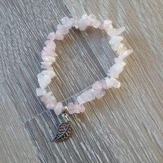 Armband van rozenkwarts splitstenen met een metalen blaadje. Van JuudsBoetiek, te bestellen op www.juudsboetiek.nl.