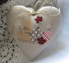 Herz+mit++Osterhase-+Landhaus+von+Feinerlei+auf+DaWanda.com Sewing Crafts, Sewing Projects, Fabric Hearts, Lavender Bags, Diy Ostern, Heart Pillow, Hobbies And Crafts, Diy And Crafts, Small Pillows