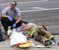 Firefighter Lays Next To Child Car Crash Victim, Plays 'Happy Feet' To Calm Him Down Play S, Car Crash, Life Is Beautiful, Good People, Firefighter, Kids Playing, Storytelling, How To Find Out, Calm