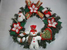 Guirlanda decorada com personagem natalinos e flores, todos confeccionados em feltro e tecido nas cores do natal.  Ideal para portas de entrada. Decore sua casa ou presentei....