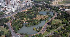 El parque tres de febrero en Argentina es muy bonito y muchas personas comen aquí con los amigos y la familia.