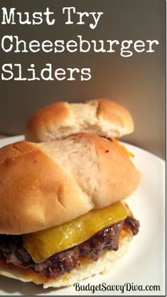 Cheeseburger Sliders - Done in 15 minutes -- FULL of flavor. This recipe comes with a winner seasoning and spread! Beef Recipes, Vegan Recipes, Cooking Recipes, Hamburger Recipes, Cooking Tips, Soup Recipes, Chicken Recipes, I Love Food, Good Food