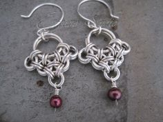Chainmaille earrings with red pearls by ErganeStudio on Etsy, $ 52.00