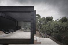 willa, australia, minimalizam, współczesna architektura, biel, czerń, czarna elewacja drewnianastudiofourarchitects.com