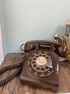Cream Aesthetic, Brown Aesthetic, Aesthetic Colors, Aesthetic Vintage, Aesthetic Photo, Aesthetic Pictures, Aesthetic Outfit, Telephone Vintage, Vintage Phones