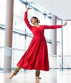 I hope someday to look as graceful as this woman! Teen Photography Poses, Dance Photography, Isadora Duncan, Dance Art, Folk Dance, Dance Outfits, Dance Dresses, Kathak Costume, Kathak Dance