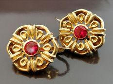 Catawiki online auction page 14 carat Yellow gold - Earrings - . - Catawiki online auction page 14 carat Yellow gold – Earrings – ct Ruby - Dainty Gold Jewelry, Filigree Jewelry, Ruby Jewelry, Gold Jewellery, Antique Earrings, Antique Jewelry, Vintage Jewelry, Antique Gold, Gold Earrings