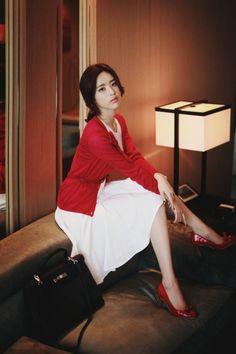 韓国のmilkcocoaというアパレルサイトのモデルさん。  名前は不明、韓国語翻訳してみましたが、現地の方々も名前を知らいないようです。  【追記】彼女の名前はyun seon youngと判明??しました。しかし、本人のブログ・インスタなど本人もしくはオフィシャルの情報ではな...