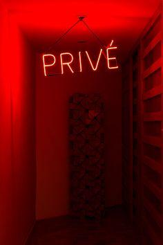Decoração de apartamento vintage. Parede vermelho letreiro de neon, #decoracao #decor #casadevalentina #apartamento #vintage