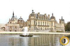 샹티이 성의 역사는 약 2000년 전의 요새에서 시작된다. 본격적인 성의 건설은 15세기부터였다. 지금의 모습을 갖추게 된 것은 17세기 태양왕이라고 불릴 만큼 막강했던 루이 14세의 사촌, 콩데(Conde)경에 의해서이다. 콩데 경은 왕의 총애를 한 몸에 받았던 권력자로 베르사이유를 만들었던 루이 14세를 따라 당대 최고의 조경 전문가와 연회 전문가, 기획자를 불러 자신의 성을 만들었다. 샹티이 크림으로 불리는 유명한 디저트 용 크림도 당시 성에서 거행되었던 연회 때 만들어졌다고 한다. 베르사이유의 연회를 관장했던 바텔(Vatel)은 이곳의 연회를 위해, 지역의 풍부한 유제품을 이용하여 샹티이 크림을 만들었다.    샹티이 성 [사진 중앙포토]