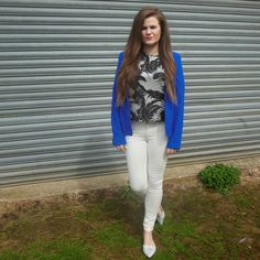 thatspeachy.com, thats peachy blog, blogger, fashion blog, outfit, ootd, topshop palm print, blue blazer, white jeans, holographic shoes, long hair