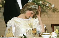 April Princess Diana adjusting her tiara during a Banquet at a Government House Dinner and Ball in Wellington, New Zealand. Diana wearing a cream silk organza frilly evening dress/gown designed By Fashion Designer Gina Fratini. Princess Diana Family, Royal Princess, Prince And Princess, Princess Of Wales, Lady Diana Spencer, Lovers Knot Tiara, Diana Fashion, Royal Tiaras, Royal Jewels