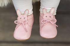Full of pep and cuteness, our adorable baby shoe, Pipkin, joins our menagerie of furry forest creatures! With glittery bunny ears and heart-shaped eyes, this little girl's baby shoe is a delightful pa