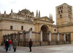 La Catedral de Zamora, de estilo románico y construida en el siglo XII, es el monumento religioso más importante de la ciudad. No dejes de observar el cimborrio, una de sus partes más interesantes.