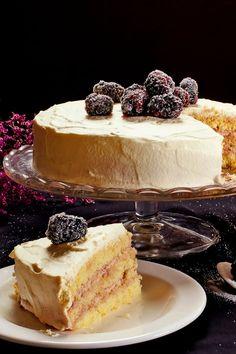 Blotkake, layered spongecake covered with drifts of whipped cream and fruit Food Cakes, Cupcake Cakes, Cupcakes, Norwegian Food, Norwegian Recipes, Norwegian Cake Recipe, Cake Recipes, Dessert Recipes, Scandinavian Food